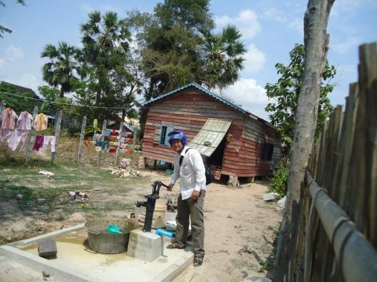 Mr.Heang tester ut en av vannpumpene som ble donert i fjorårets julegaveprosjekt.