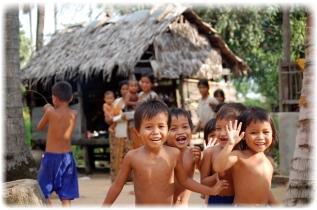 Barn fra landsbyen i Srange kommune. Bildet er tatt i 2009.