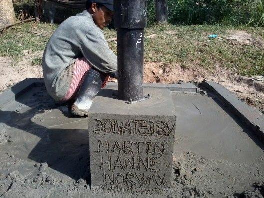 En kollega av meg, Hanne, er i Kambodsja nå, og de har donert en vannpumpe i tillegg til at de har videreformidlet bistandspenger. Tusen takk!