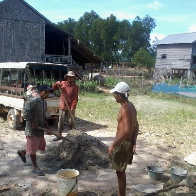 Her kommer en vannpumpe som 2 familier kan dele på. Det gjør livet så mye bedre når man har tilgang på vann!! :)